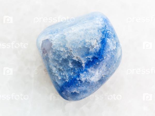 Окрашенный агат драгоценный камень на белом мраморе