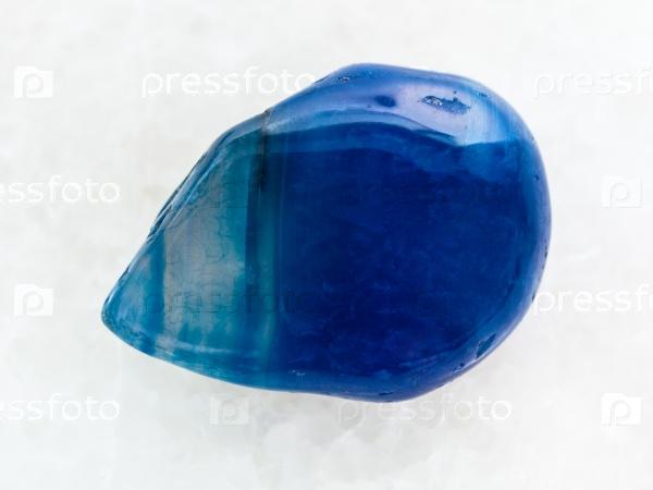 Синий тонированный агат камень на белом
