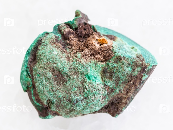 Грубый малахит камень на белом мраморе