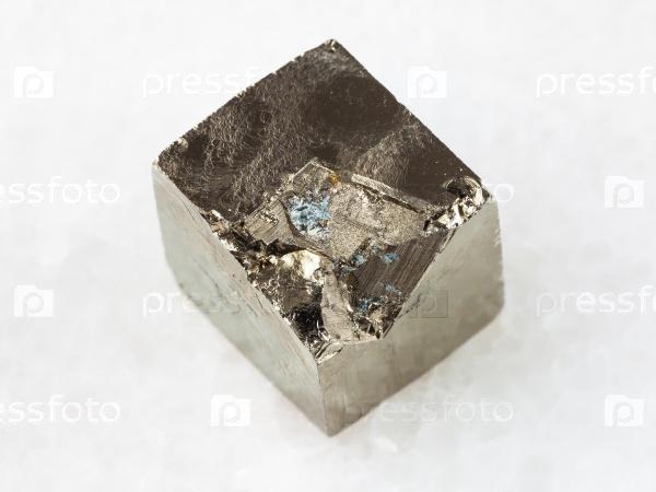 Пирит кристалл на белом мраморе