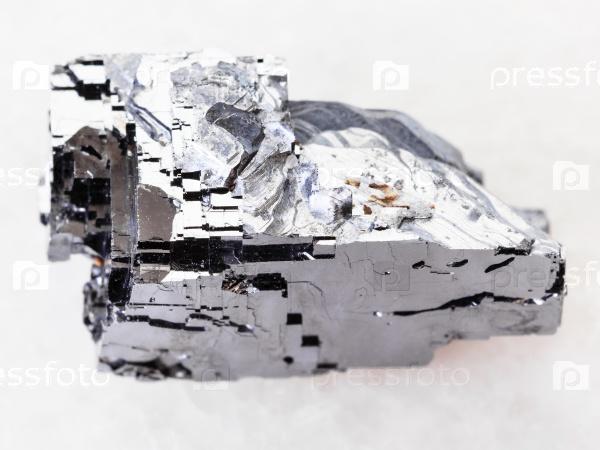Гален кристаллический камень на белом мраморе