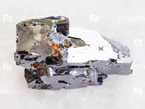 Гален камень на белом мраморе