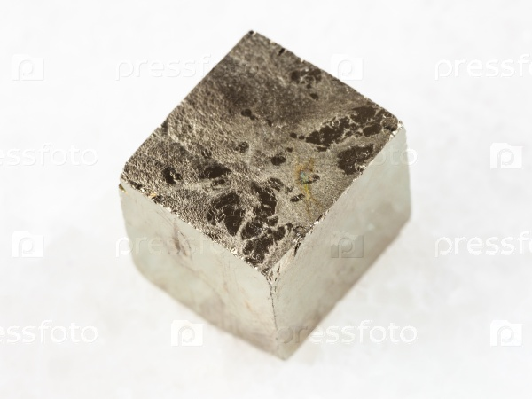 Пирит кристалл на белом мрамора