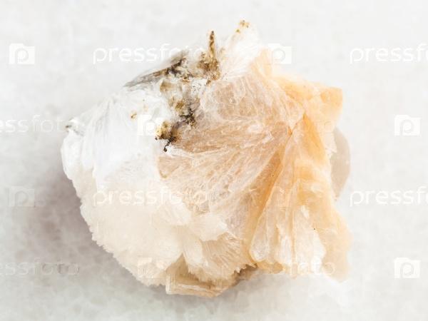 Грубый томсонит камень на белом мраморе