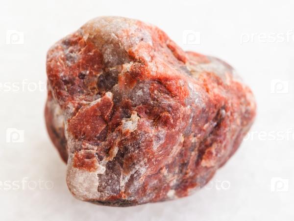 Пегматит камень на белом мраморе