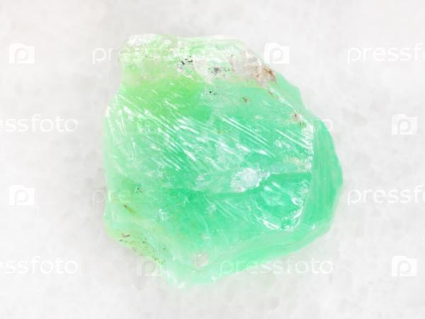 Сырой зеленый кальцит камень на белом мраморе