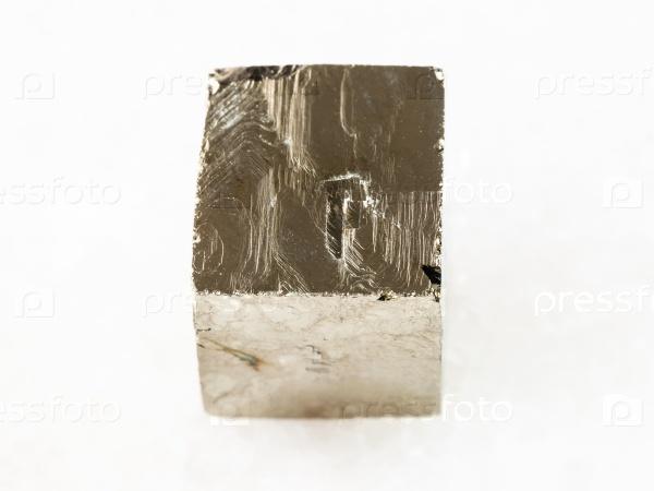 Грубый пирит кристалл на белом мраморе