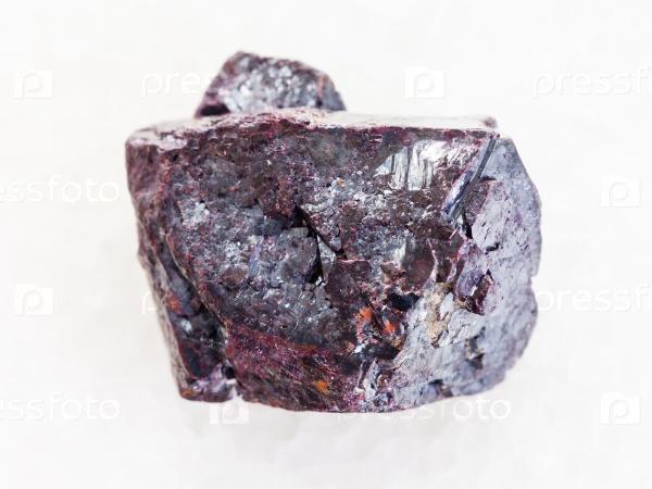 Грубый куприт камень на белом мраморе
