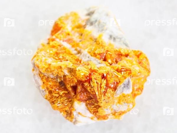 Желтые кристаллы аурипигмент на белом доломите