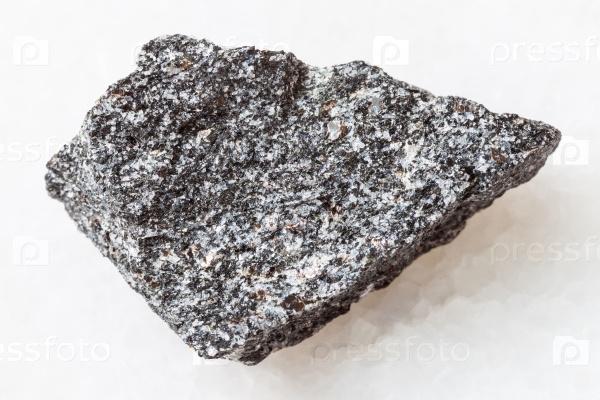 Сиенит камень на белом