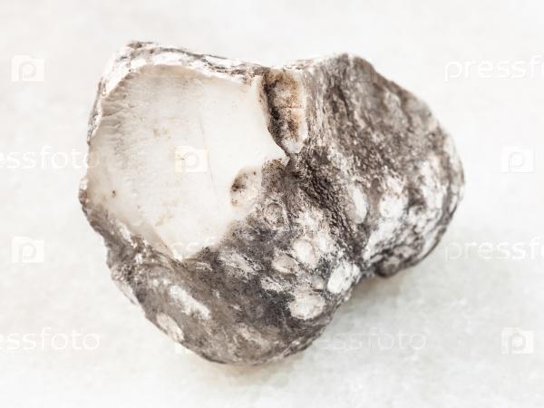 Сырой кахолонг камень на белом