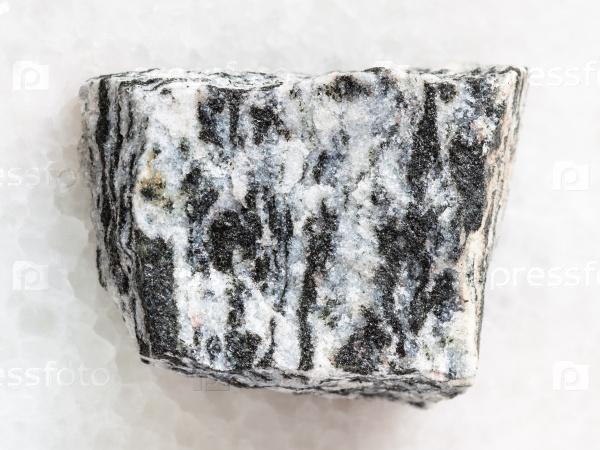 Сырой мигматит камень на белом