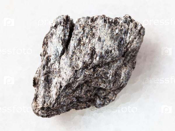 Кварц-биотит сланец камень на белом