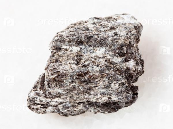 Кварц-биотит камень на белом