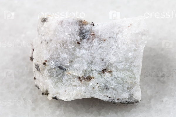 Сырой карбонатит камень на белом