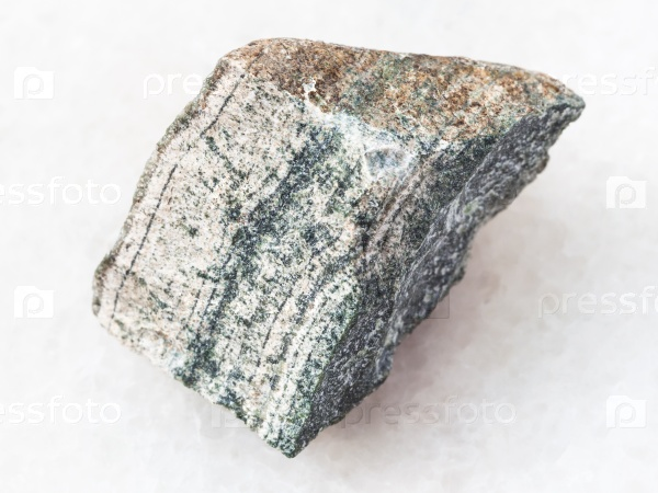 Кусок грубого скарна камня на белом