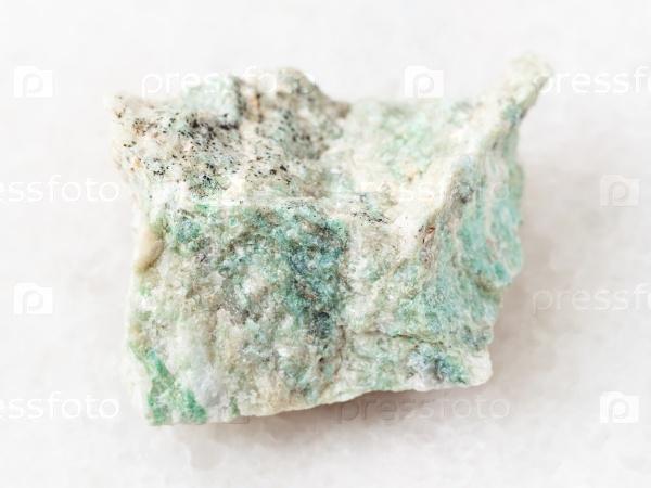 Грубый лиственит камень на белом