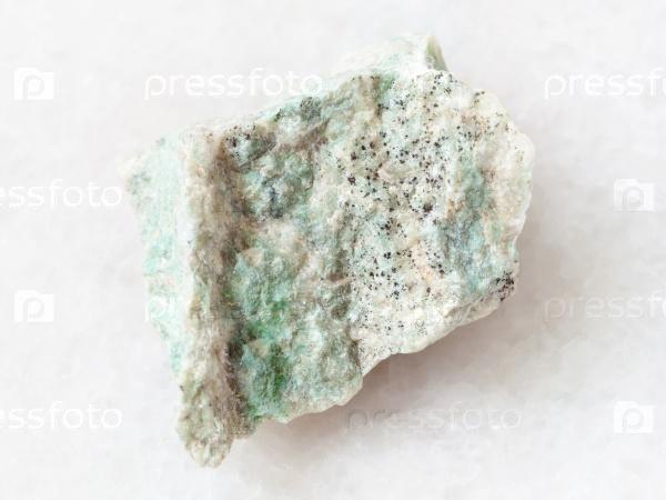 Лиственит камень на белом