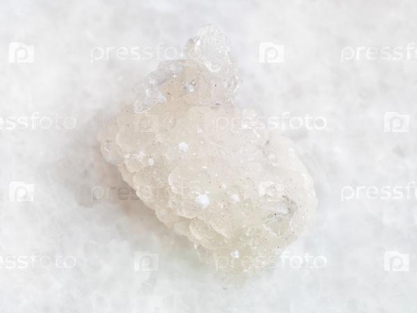 Грубый кристалл пренит с окенитом на белом