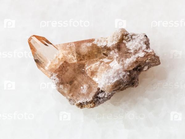 Грубый кристалл топаза на белом