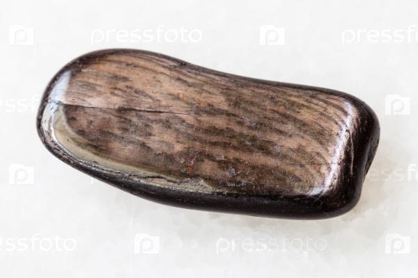 Полированный гиперстен камень на белом