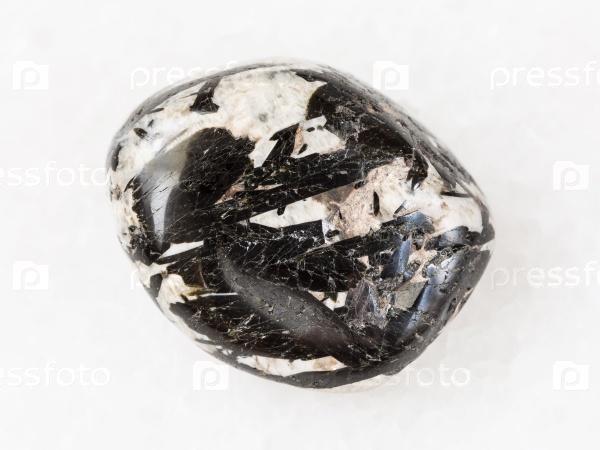 Кристаллы эгирин в полированном камне микроклин