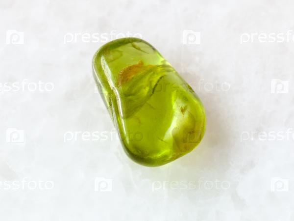 Перидот камень на белом фоне