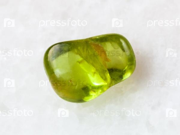 Перидот драгоценный камень на белом фоне