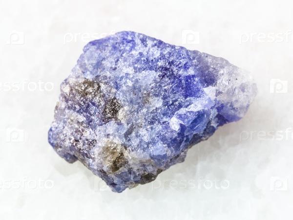 Танзанит камень на белом