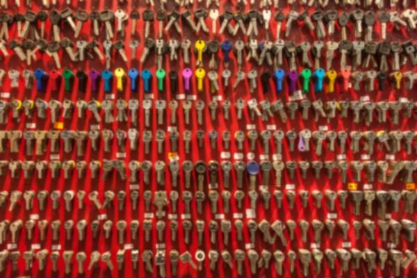 Размытая красная стена с ключами