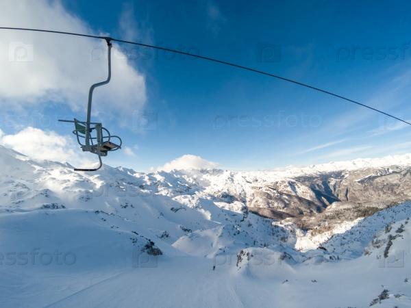 Старый кресельный подъемник на горнолыжном курорте в Альпах