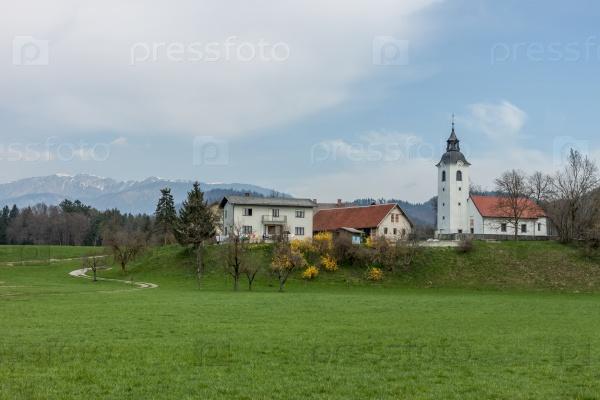 Милая деревня у гор