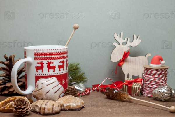 Стол с рождественскими украшениями