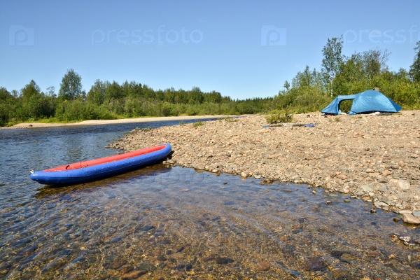 Лодка и палатки на берегу реки