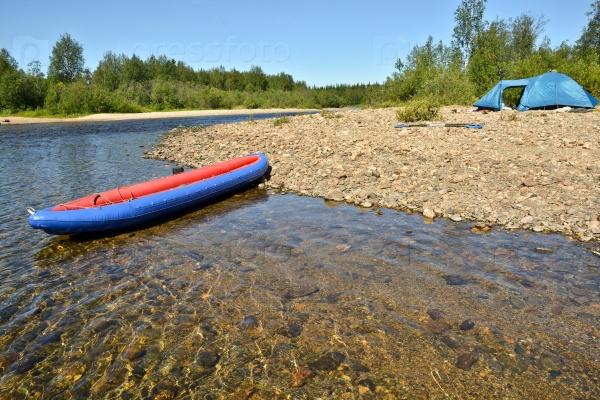 Лодка и палатка на реке Северная