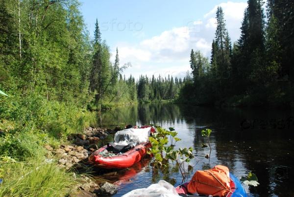 Лодки на реке в девственных лесах Коми