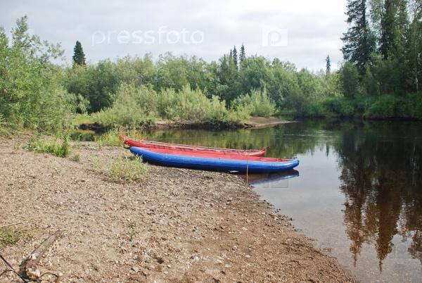 Каноэ на реке в девственных лесах Коми