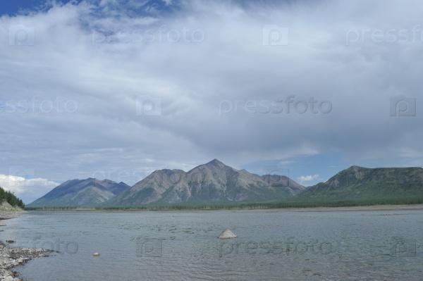 Небо в облаках над горной рекой