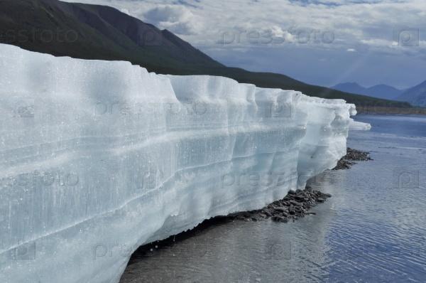 Ледяные поля в русле реки Якутии