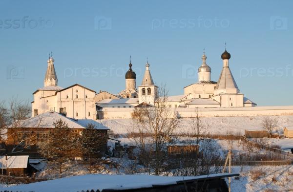 Северный русский монастырь зимой