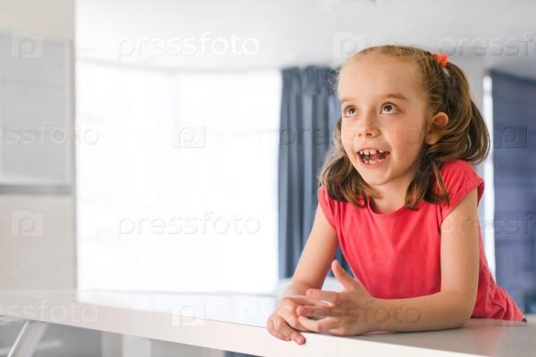 6-летняя девочка мечтает, сидя у себя дома