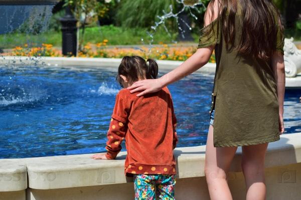 Дети у фонтана в городском парке