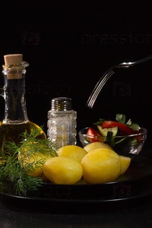 Вареный картофель, укроп, растительное масло и соль