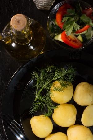 Вареный картофель, укроп и растительное масло