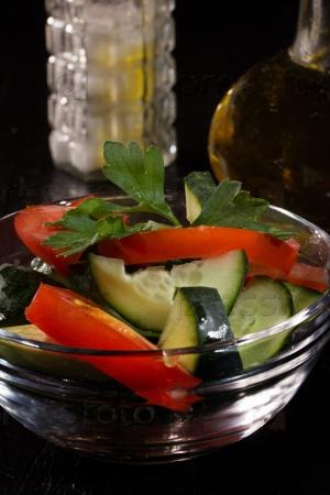 Салат из свежих томатов и огурцов