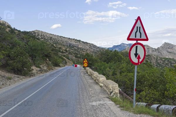 Дорожные знаки на горной дороге