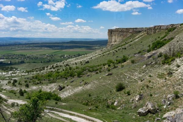Горный пейзаж с видом на горы АК-Кая в Крыму