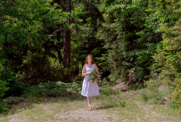 Молодая девушка с венком из полевых цветов