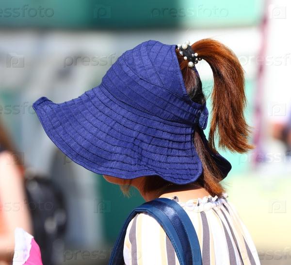 Легкий летний головной убор синего цвета