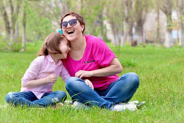 Мама с дочкой на природе
